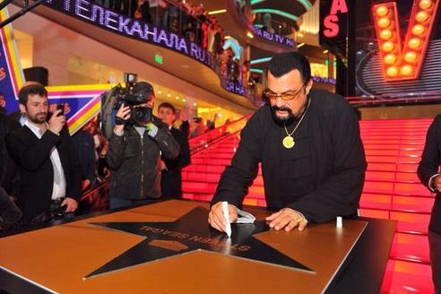 Сигал открыл именную звезду на Аллее славы в Москве