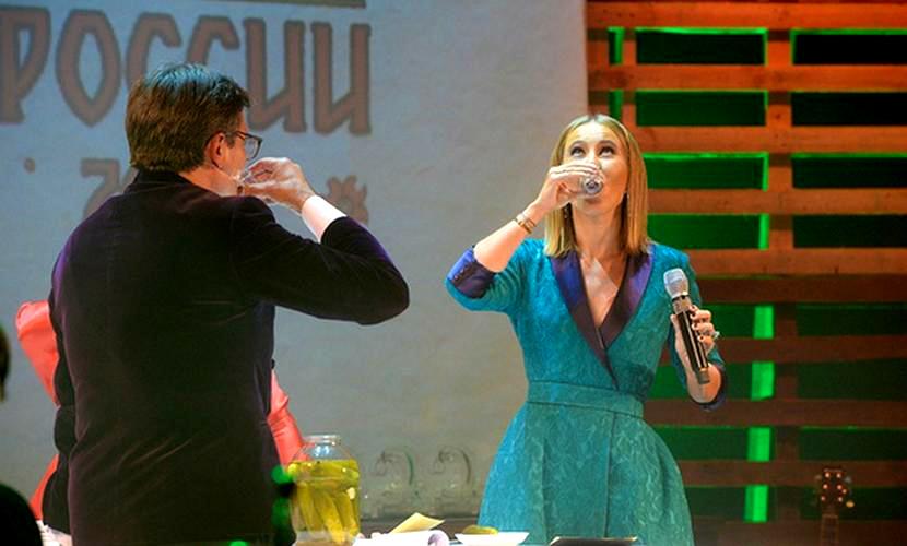 Собчак, Ярмольник и Макаревич после выступления Путина принялись пить водку