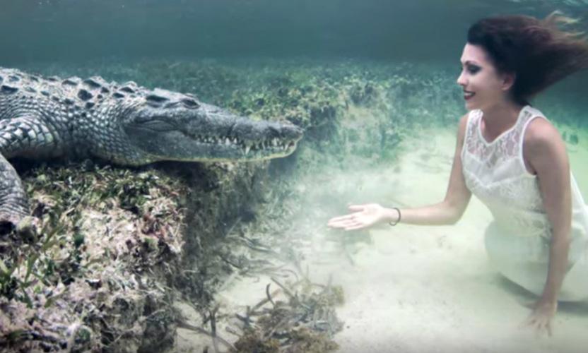 Супермодель устроила экстремальную фотосессию с крокодилом