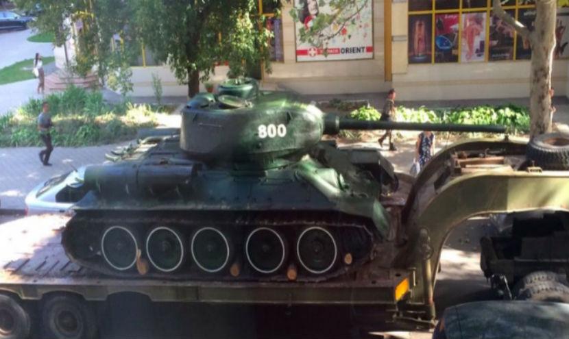 В Молдавии снесли памятник советскому танку Т-34