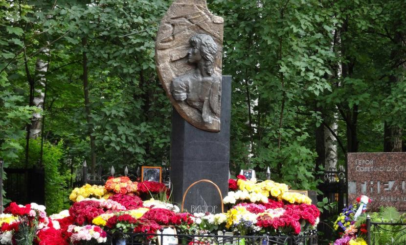 «Киноманы» на могиле Виктора Цоя избили прохожего и бросили на рельсы