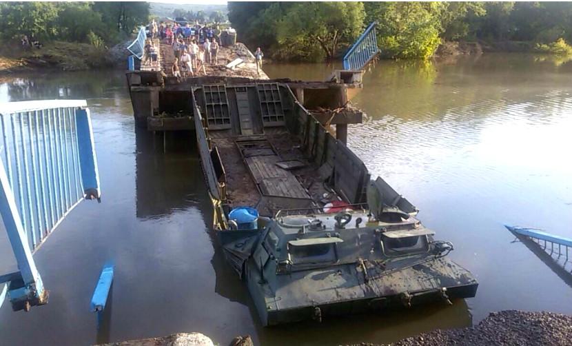 Из-за тяжелой техники спасателей в Уссурийске рухнул подтопленный мост
