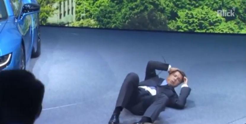 Глава BMW упал в обморок на открытии международного автосалона