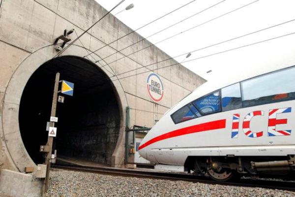 Мигранты прорвались в тоннель под Ла-Маншем и нарушили движение поездов