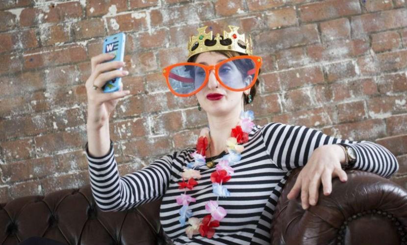Креативная журналистка из Британии стала королевой селфи