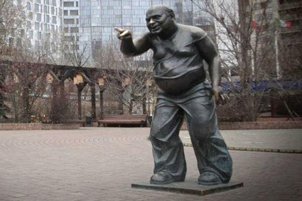 Охотники за цветметом могли сдать памятник Леонову на металлолом