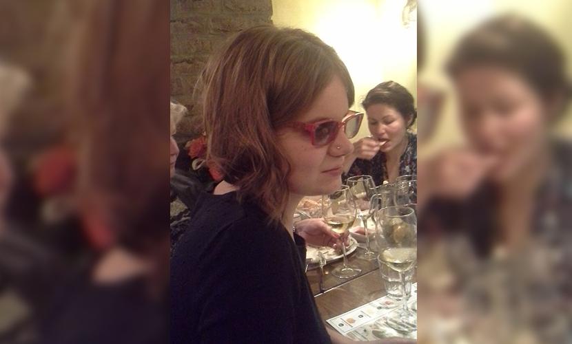 Слепую девушку изнасиловали, избили и ограбили возле дома в Москве
