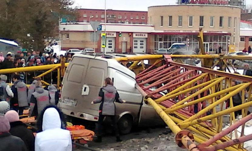 Упавший башенный кран раздавил две машины в Омске