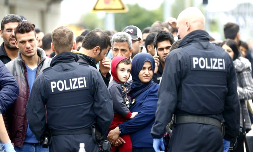 Госбюджет Германии сокращается из-за огромных трат на беженцев