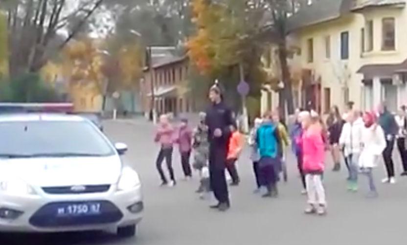 Инспектор ГИБДД устроил задорные танцы на проезжей части