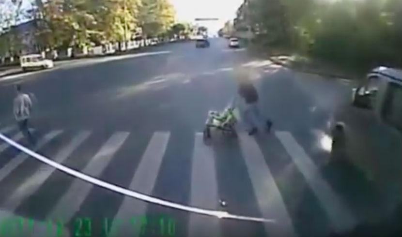 Годовалый малыш, попавший под колеса грузовика в Вологде, скончался в больнице