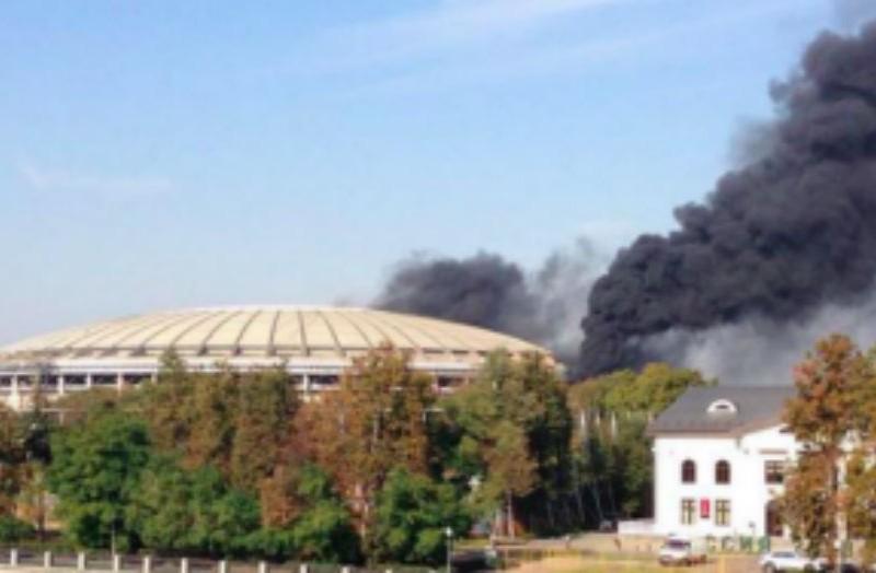 В Москве загорелся стадион