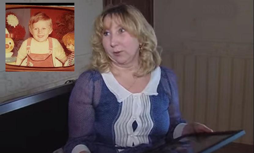 Ирина Волошина с портретом погибшего сына. На фото в углу - маленький Антон