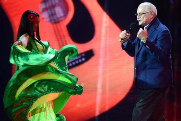 69-летний Никита Михалков сплясал с цыганами на сцене «Новой волны»