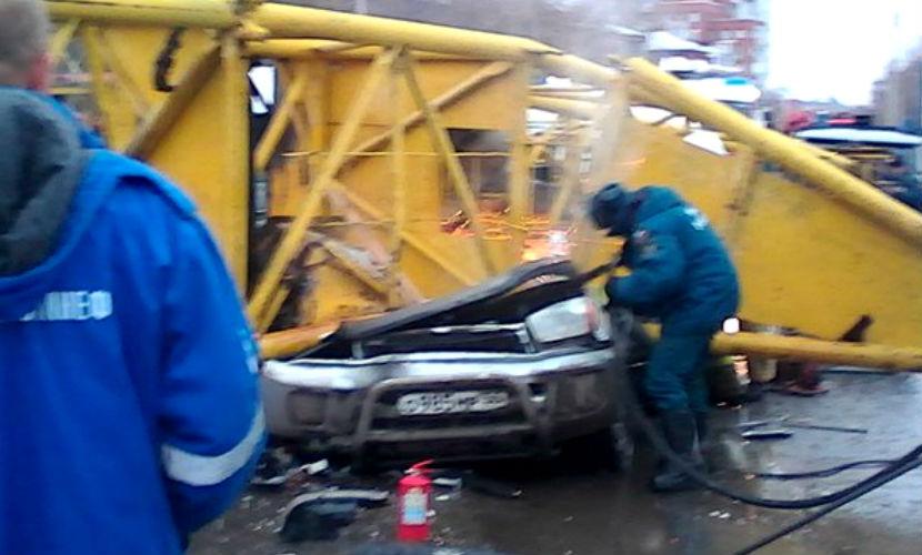 Опубликовано видео падения башенного крана, раздавившего молодую семью в Омске