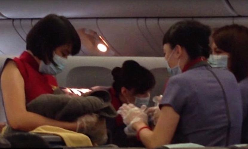 Дама из Тайваня родила девочку в самолете на восемь недель раньше срока