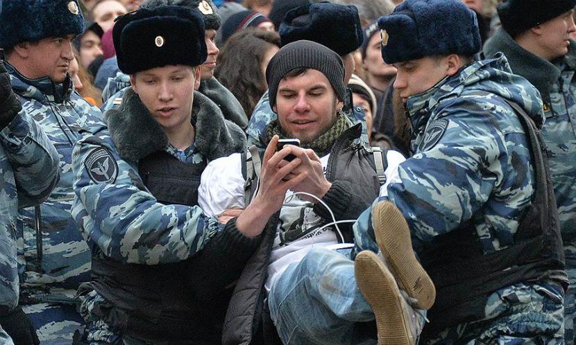 Дума одобрила закон о праве задержанного на телефонный звонок в течение двух часов