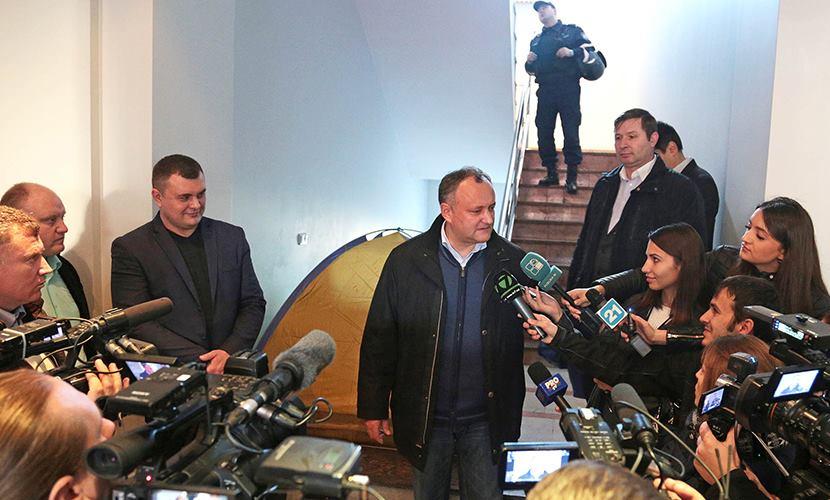 Протестующие в Молдавии начали устанавливать палатки в зданиях госучреждений