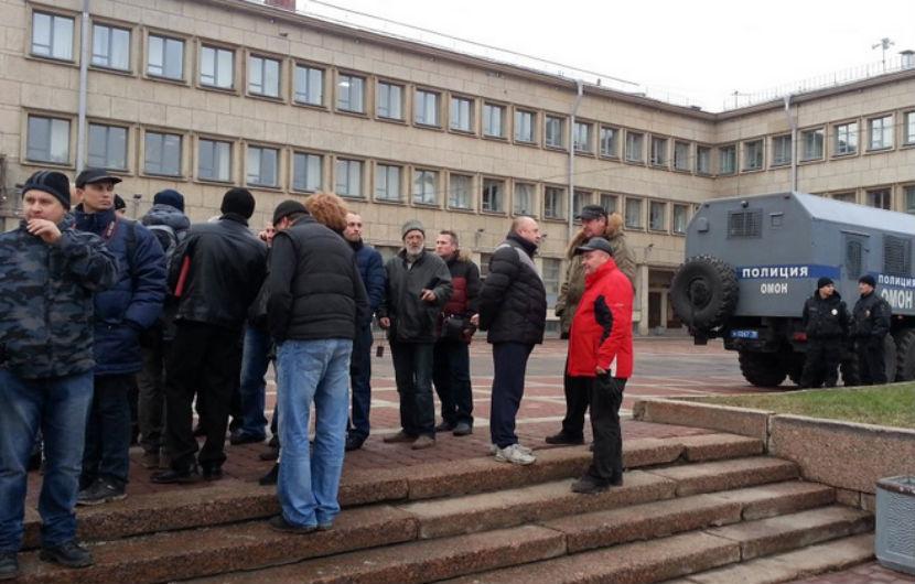 Дальнобойщиков из Петербурга не пустили к министру транспорта