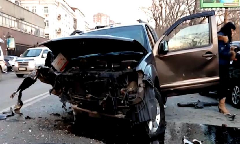 Потерявший сознание водитель джипа устроил массовое ДТП в центре Владивостока