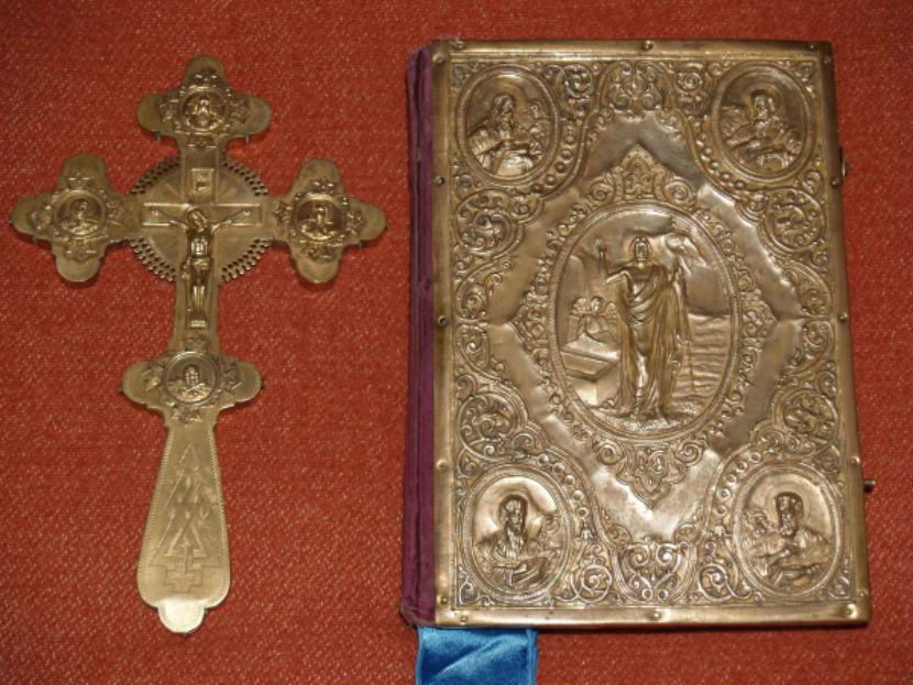 Гражданин США пытался вывезти из России Евангелие в золотом окладе и серебряный крест