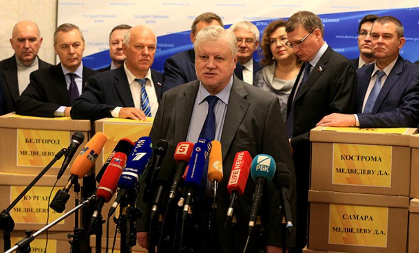 Миллион подписей против поборов на капремонт передала Медведеву