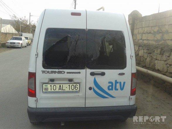 В Нардаране забросали автомобиль журналистов