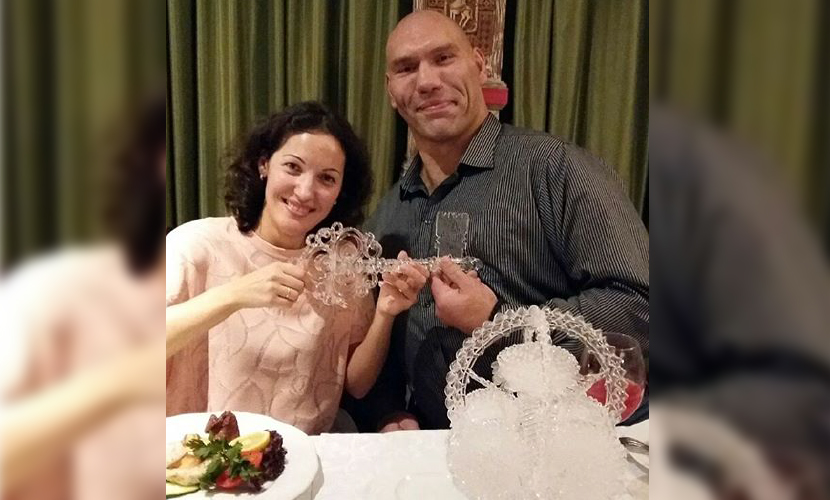 Боксер Валуев получил символический подарок на хрустальную свадьбу