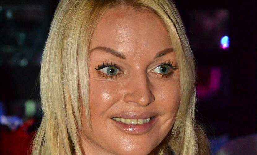 Анастасия Волочкова растянулась в рискованном шпагате у «волшебной» люстры