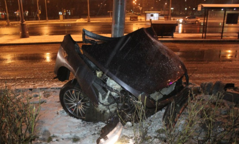 Четыре человека выжили в иномарке, которую от удара в столб надвое разорвало в Москве
