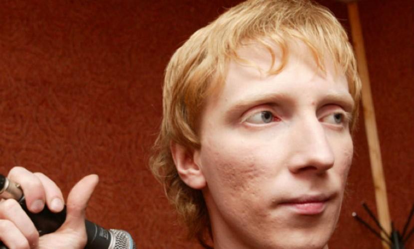 Экс-солист группы «Братья Грим» напал насвоего продюсера вбаре