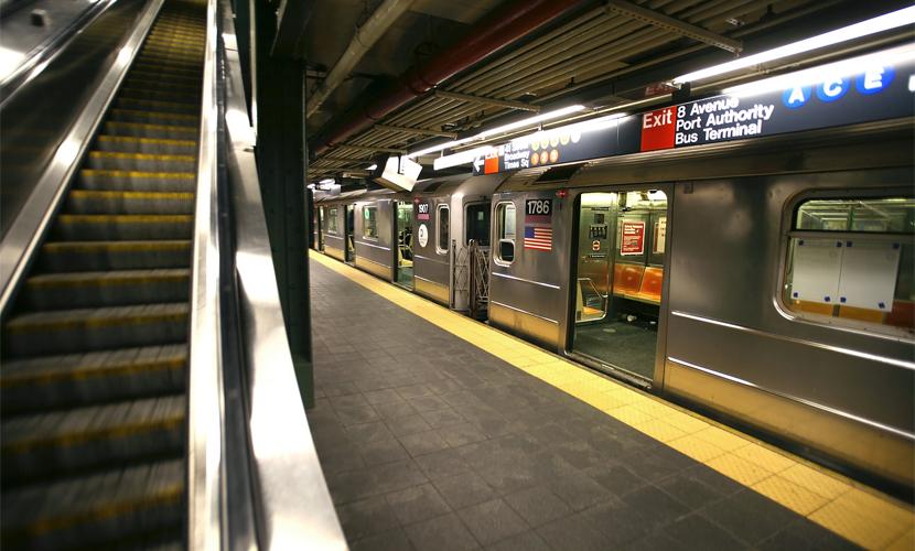 Рекламщики возмутили жителей Нью-Йорка, раскрасив метро нацистской символикой