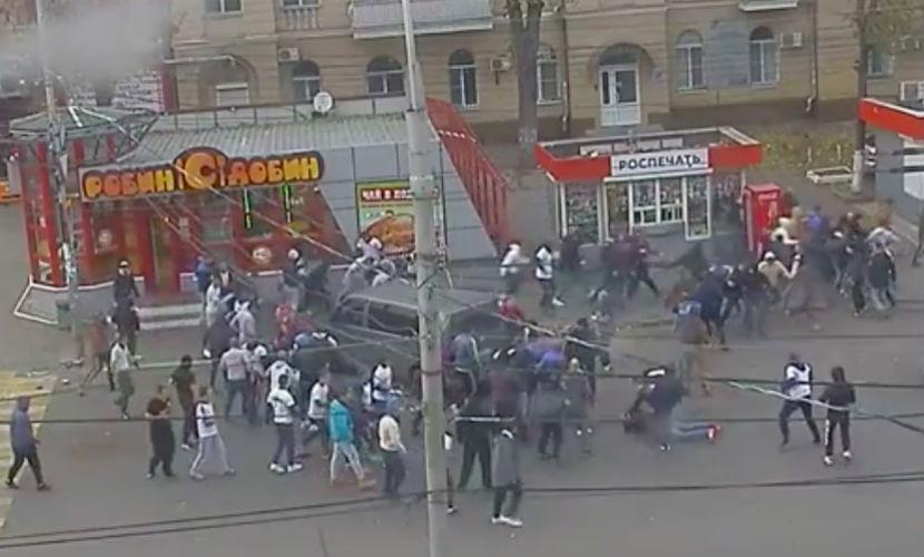 Массовая драка фанатов в центре Воронежа попала на видео