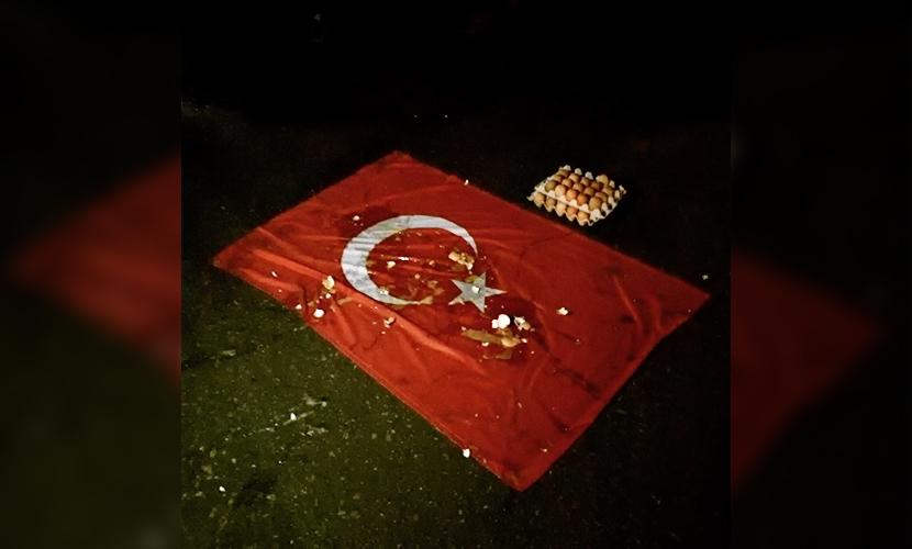 Возмущенные жители Ульяновска провели акцию протеста и забросали яйцами флаг Турции