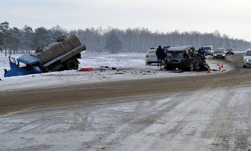 Две женщины и мужчина погибли в массовом ДТП с участием грузовиков под Иркутском