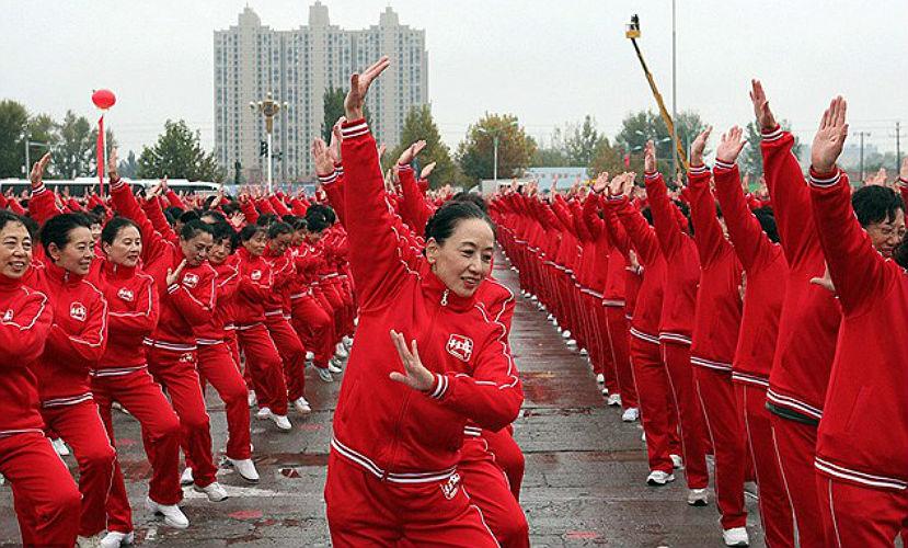18 тысяч пенсионеров из Китая побили мировой рекорд, исполнив массовый танец