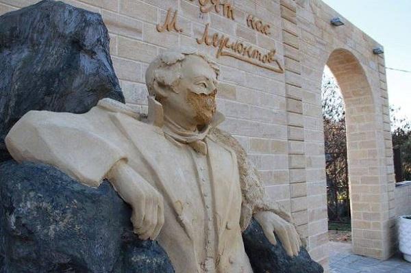 Вандалы в Хэллоуин осквернили памятник Лермонтову