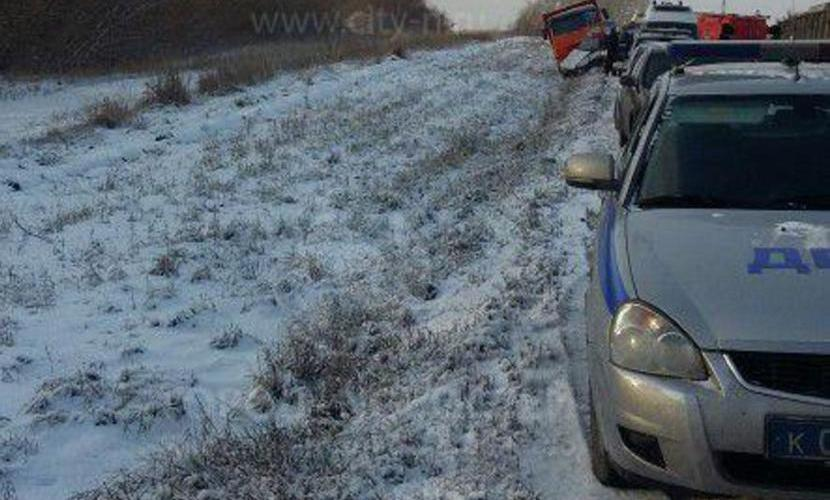 Пять человек погибли в лобовом столкновении иномарки с КамАЗом в Кузбассе