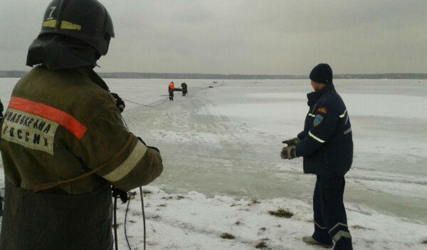 Пятеро рыбаков провалились под лед возле Челябинска, погиб мальчик
