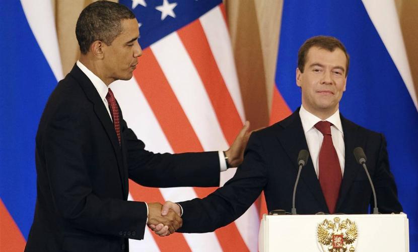 Барак Обама и Дмитрий Медведев обменялись рукопожатием в Куала-Лумпуре
