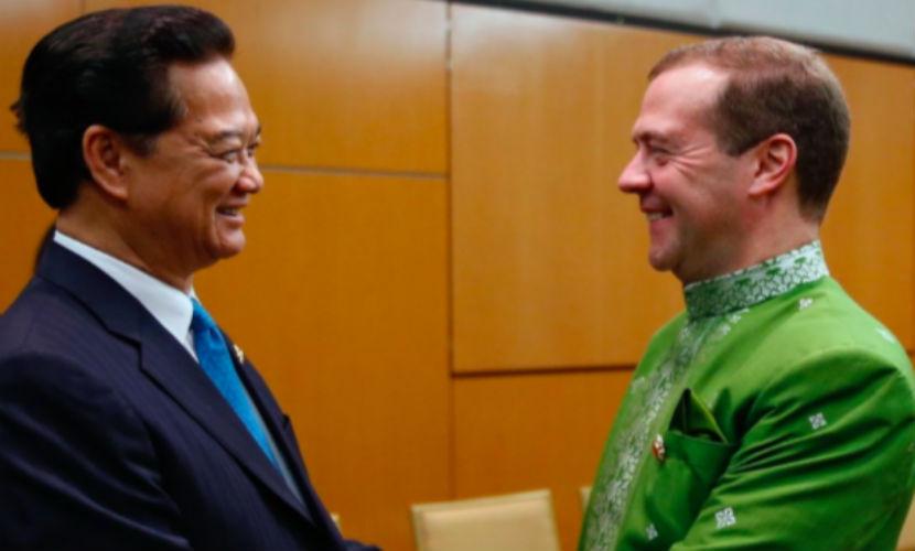 Дмитрий Медведев примерил малайзийскую баджу