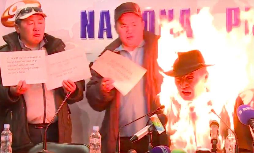 Глава профсоюза хладнокровно поджег себя на пресс-конференции