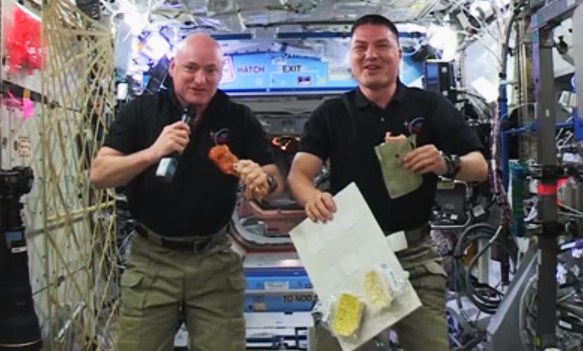 Астронавты NASA показали, как приготовить индейку