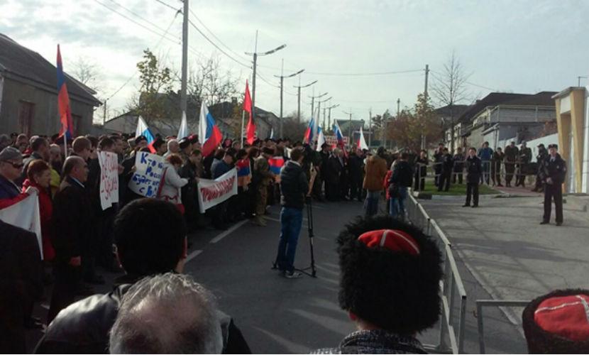 Сотни жителей Новороссийска атаковали консульство Турции