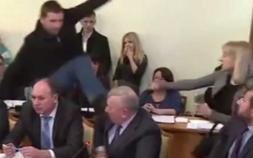 Украинский депутат Парасюк в прямом эфире пнул чиновника СБУ