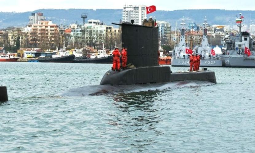 Турция направила подлодки к российскому крейсеру