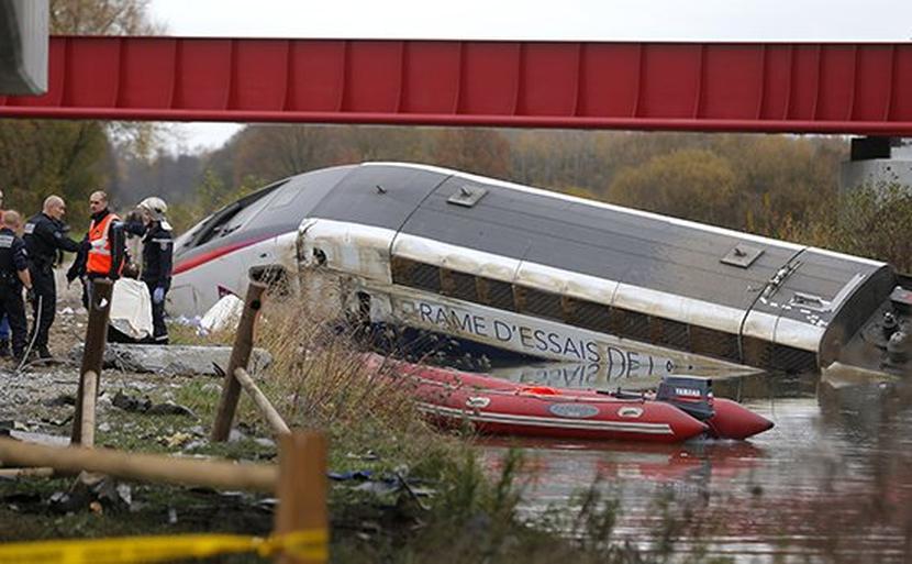 При сходе поезда с рельсов во Франции погибли пять человек