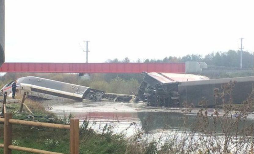 Скоростной поезд сошел с рельсов во Франции: 5 человек погибли и 60 ранены