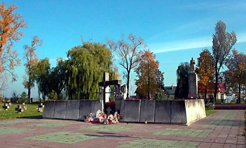 Польские вандалы снова осквернили военное кладбище с захоронением советских солдат