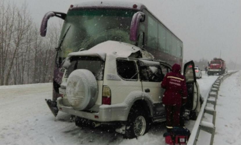 На Сахалине столкнулись автобус с детьми и внедорожник: есть жертвы